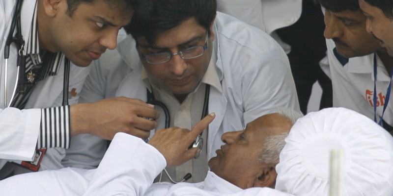 Hazare speaks to doctors on the sixth day of his fast at Ramlila grounds in New Delhi