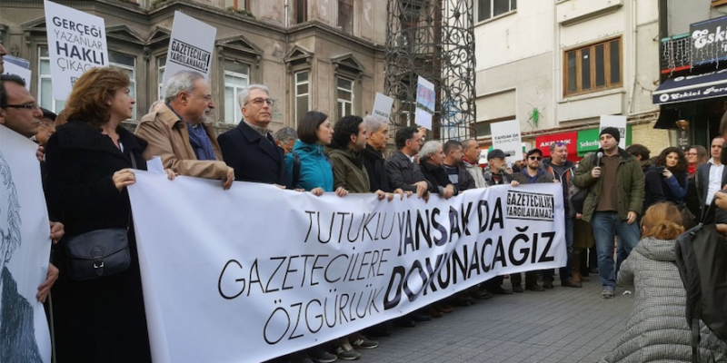 Demonstration in support of Can Dundar (photo by Hilmi Hacaloğlu, image in the public domain). Image link: bit.ly/2cyYH5s.